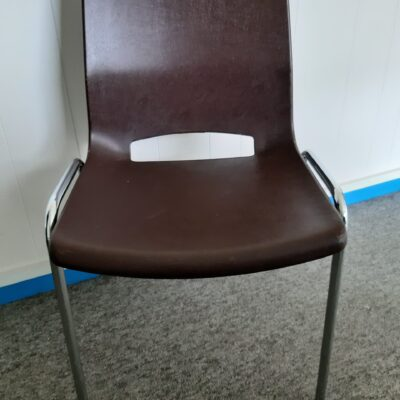 Stol brun rabami stabel